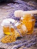 Tarro de miel líquida con lavanda artificial Fotografía de archivo libre de regalías