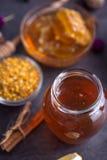 Tarro de miel natural en la opinión de sobremesa Fotografía de archivo