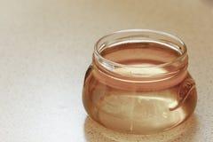 Tarro de miel o de jarabe floral orgánica imagenes de archivo