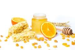 Tarro de miel y anaranjado, postre de la miel aislado en el backgro blanco Imagen de archivo libre de regalías