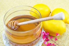 Tarro de miel y de tres limones Foto de archivo