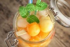 Tarro del cóctel delicioso con las bolas de melón imagen de archivo