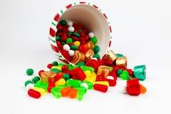 Tarro del caramelo de la Navidad derramado aislado en el fondo blanco Imágenes de archivo libres de regalías