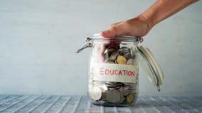 Tarro del dinero del concepto de la educación almacen de video