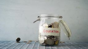 Tarro del dinero del concepto de la educación almacen de metraje de vídeo
