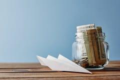 Tarro del fondo del viaje llenado del dinero fotografía de archivo libre de regalías