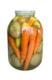 Tarro detallado con las zanahorias conservadas en vinagre, la pimienta y los tomates verdes en un fondo blanco Fotos de archivo libres de regalías