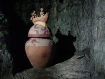Tarro en la cueva tradicional simulada del entierro foto de archivo