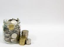 Tarro lleno de monedas Foto de archivo libre de regalías