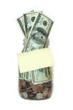 Tarro por completo de dinero, nota de post-it en blanco pegajosa Fotografía de archivo