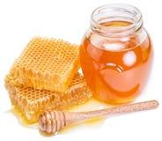 Tarro por completo de miel y de panales frescos Foto de archivo