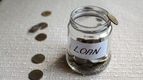 Tarro que es llenado de las monedas para el préstamo almacen de metraje de vídeo