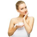 Tarro rubio hermoso de la oferta de la mujer de crema de la crema hidratante fotos de archivo
