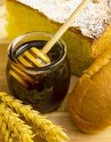 Tarro sano de miel con los productos de la panadería Imágenes de archivo libres de regalías