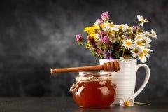Tarro y cazo de la miel imagen de archivo libre de regalías
