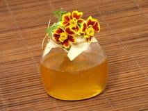 Tarro y flor de la miel. Imagen de archivo libre de regalías