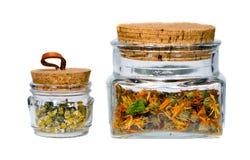 Tarros aislados del té del calendula y de manzanilla Fotografía de archivo libre de regalías