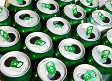 Tarros allyuminevy verdes vacíos de debajo la cerveza Fotos de archivo libres de regalías