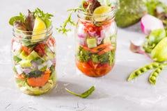 Tarros brillantes verdes vegetales para llevar de la ensalada Fotografía de archivo libre de regalías