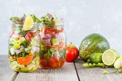Tarros brillantes verdes vegetales para llevar de la ensalada Imagen de archivo