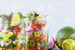 Tarros brillantes verdes vegetales para llevar de la ensalada Foto de archivo libre de regalías