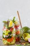 Tarros brillantes verdes vegetales para llevar de la ensalada Fotografía de archivo