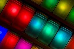Tarros coloridos en estantes Foto de archivo libre de regalías