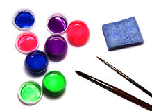 Tarros con diversas pinturas acrílicas del color, los cepillos y una esponja t Fotos de archivo libres de regalías