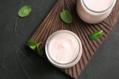 Tarros con el yogur delicioso imagen de archivo libre de regalías