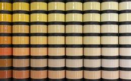 Tarros con la pintura para los varios tonos de la reparación imagen de archivo libre de regalías