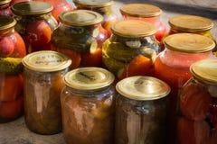 Tarros con la variedad de verduras conservadas en vinagre preservación Fotos de archivo libres de regalías