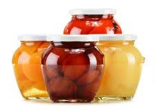 Tarros con las compotas con sabor a fruta en blanco Frutas preservadas Imagen de archivo
