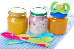 Tarros con los alimentos para niños Fotos de archivo libres de regalías