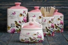 Tarros de cerámica con los ornamentos y los pájaros de la flor Imágenes de archivo libres de regalías