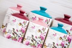 Tarros de cerámica con los ornamentos y los pájaros de la flor Foto de archivo libre de regalías