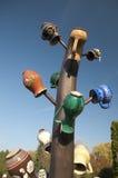 Tarros de cerámica tradicionales en la columna de madera Foto de archivo libre de regalías