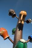 Tarros de cerámica tradicionales en la columna de madera Fotografía de archivo libre de regalías
