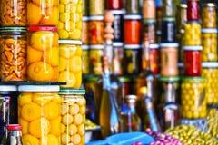 Tarros de comida preservada en la parada árabe del mercado callejero fotos de archivo