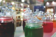 Tarros de cristal de atasco y de jalea para probar en la exhibición Imagen de archivo libre de regalías
