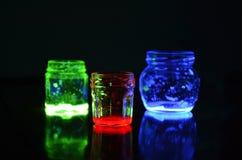Tarros de cristal coloreados fluorescentes Fotografía de archivo libre de regalías