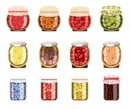 Tarros de cristal con el atasco de la fruta y de la baya Fotos de archivo libres de regalías