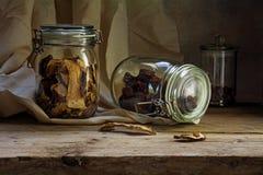 Tarros de cristal con la comida secada en un estante de madera rústico, countrysid Imagen de archivo