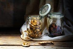 Tarros de cristal con la comida secada en un estante de madera viejo en el rústico Fotografía de archivo libre de regalías