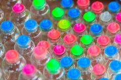 Tarros de cristal con las tapas coloridas para la venta en el mercado callejero en B Fotografía de archivo libre de regalías