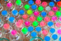 Tarros de cristal con las tapas coloridas para la venta en el mercado callejero en B Imagen de archivo