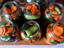 Tarros de cristal con los pepinos y las zanahorias conservación Fotos de archivo