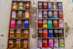 Tarros de diversos colores del tinte en Marruecos imagen de archivo