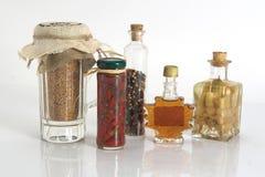 Tarros de especias y ajo y cebolla Imagen de archivo libre de regalías