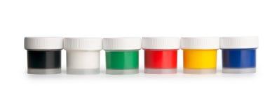 Tarros de la gama de colores de la gouache en una fila Imágenes de archivo libres de regalías