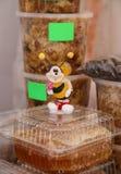 Tarros de la miel en el mercado Imagen de archivo